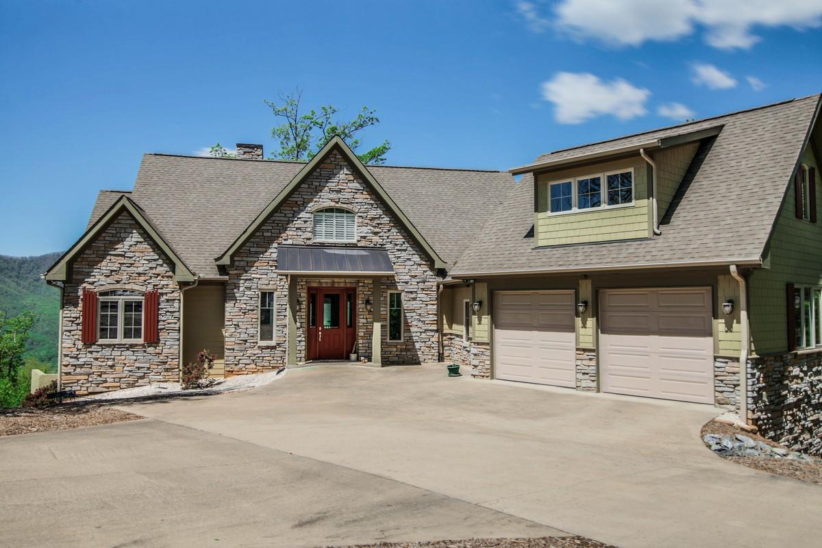 Maison unifamiliale pour l Vente à Remarkable Mountain Home 231 Tatanka Trail Lake Lure, Carolina Du Nord, 28746 États-Unis