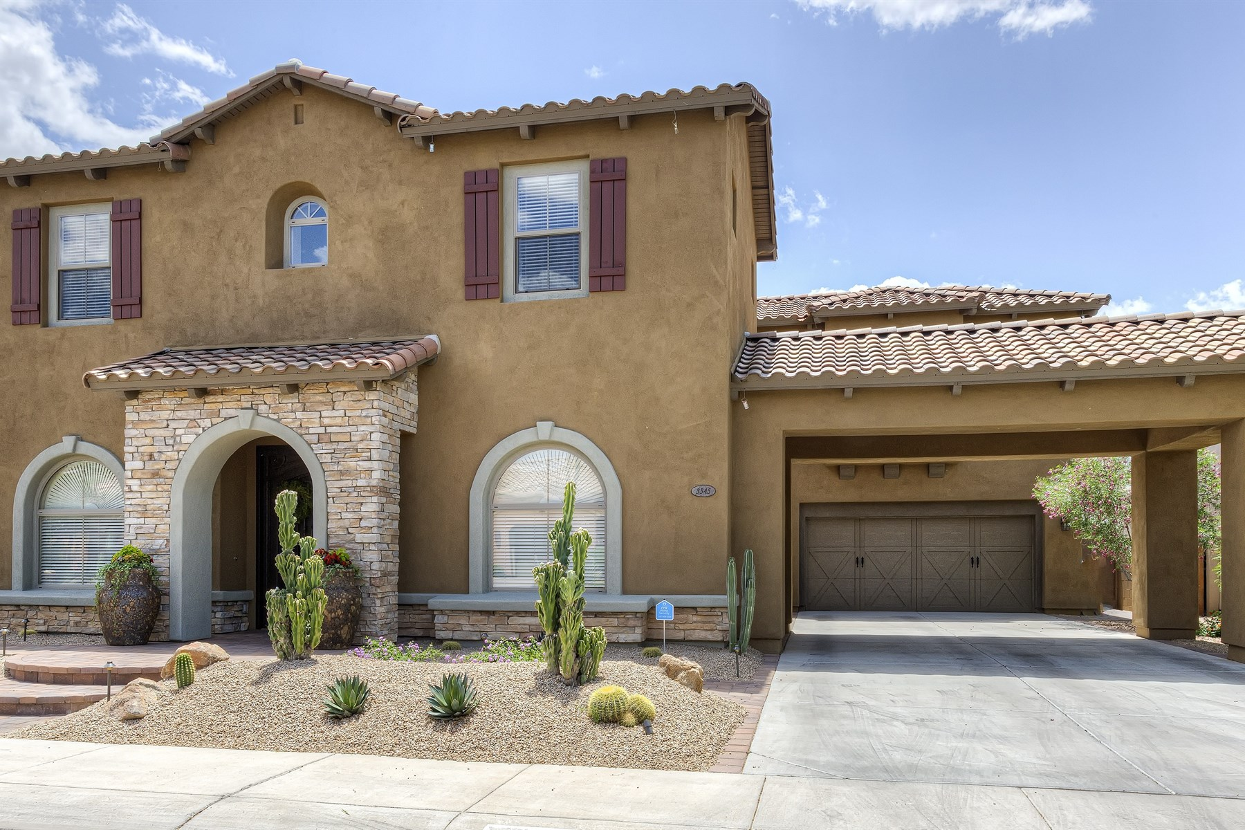 Casa Unifamiliar por un Venta en Immaculate, highly upgraded Aviano home. 3545 E EXPEDITION WAY Phoenix, Arizona 85050 Estados Unidos