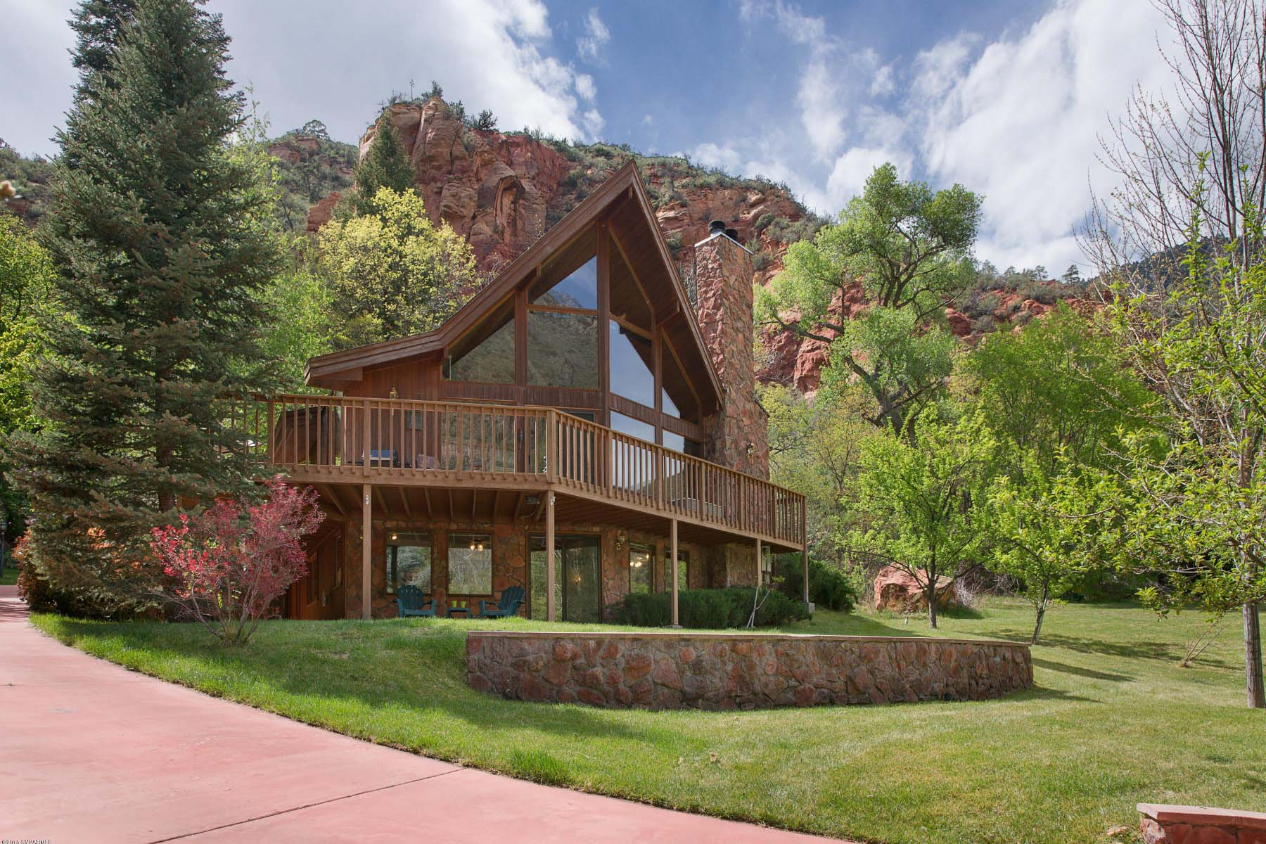 Таунхаус для того Продажа на Lindal Cedar Home with cathedral ceilings and tall windows. 115 Junipine Circle Sedona, Аризона 86336 Соединенные Штаты