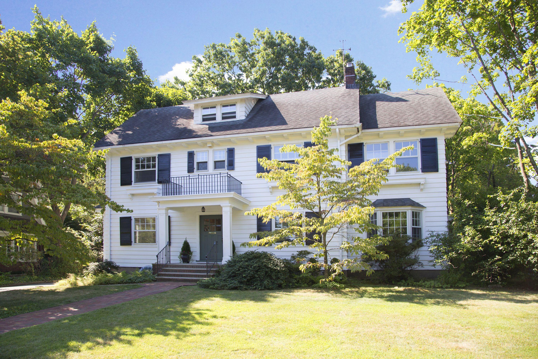 Maison unifamiliale pour l Vente à Light and Gracious 40 Warren Place Montclair, New Jersey 07042 États-Unis