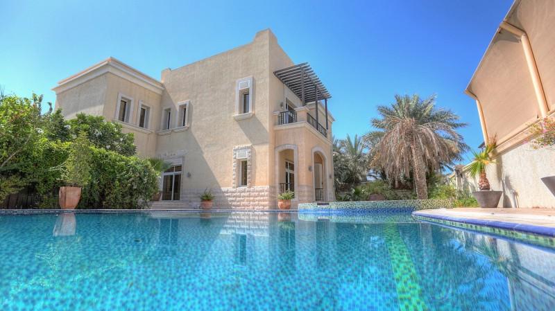 Многосемейный дом для того Продажа на Al Hambra Villa Emirates Hills, Dubai, Объединенные Арабские Эмираты