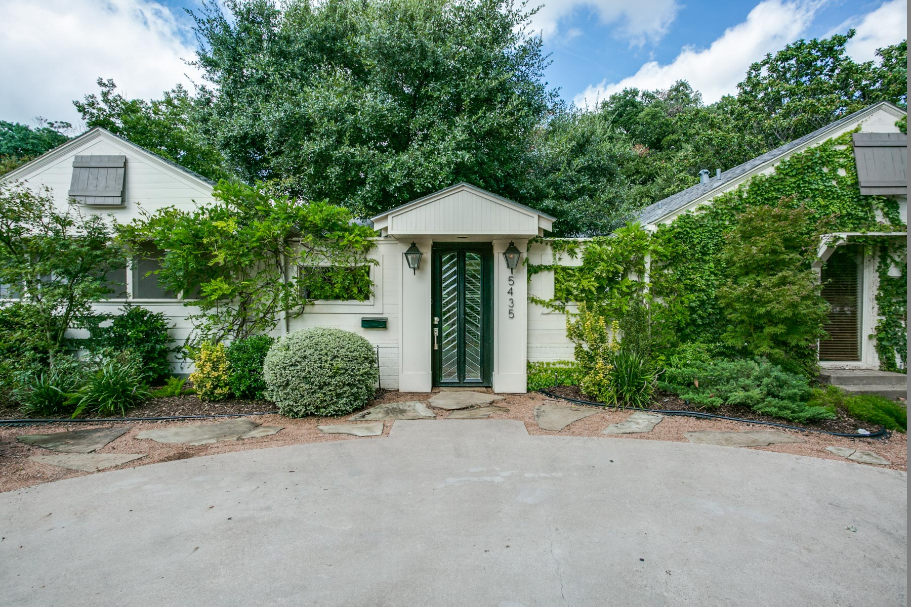 Single Family Home for Sale at Updated West Highland Park Cottage 5435 Westside Dr Dallas, Texas, 75209 United States