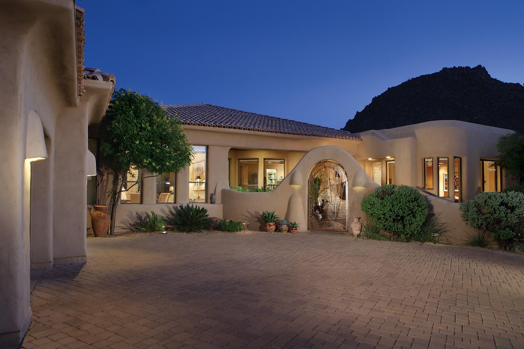 Casa para uma família para Venda às Exquisite Quality Custom Built Home Within The Guard Gated Village Of Troon 11260 E Desert Troon Lane Scottsdale, Arizona 85255 Estados Unidos