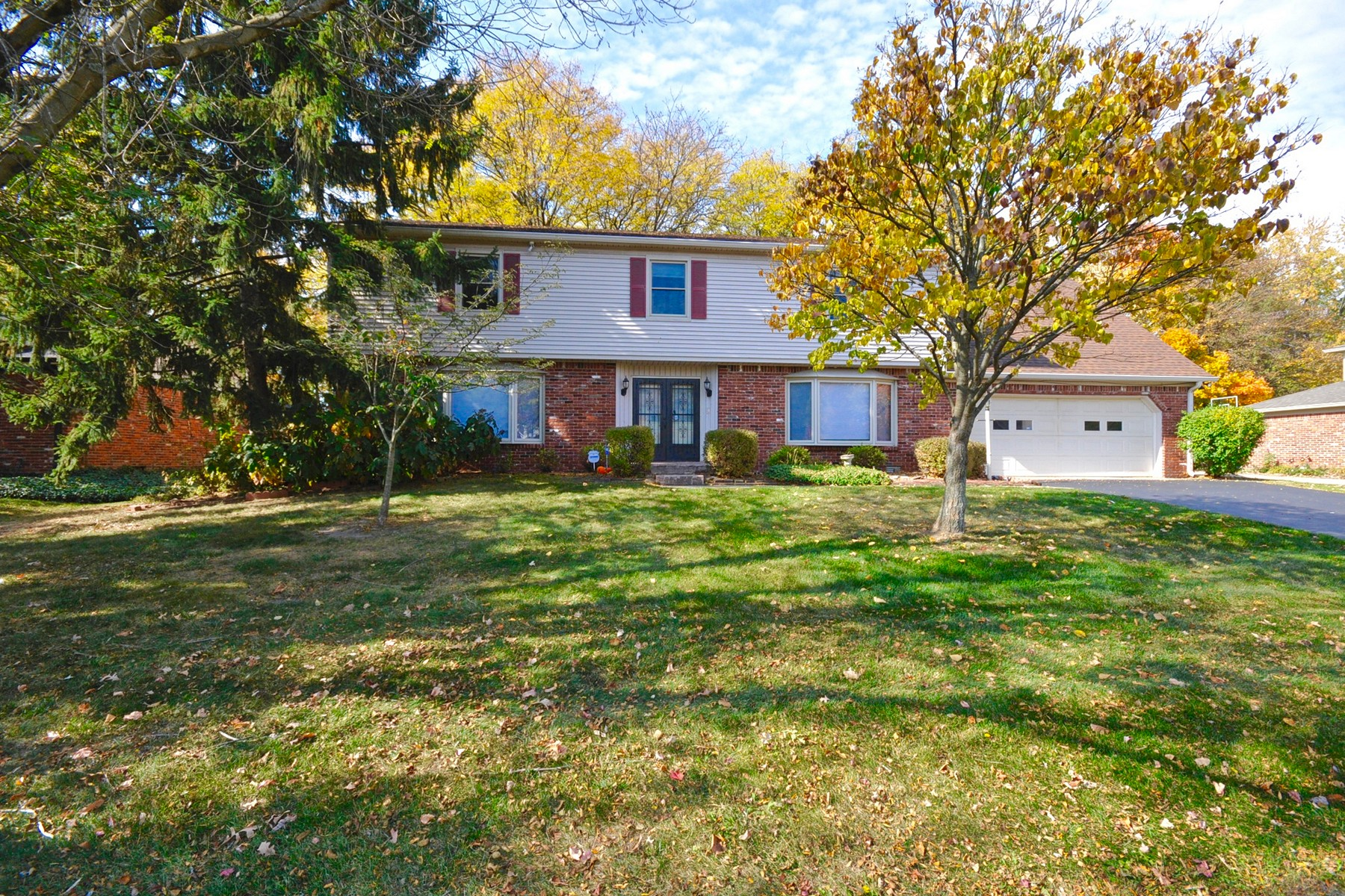 Single Family Home for Sale at Warm and Inviting Home 8930 Sourwood Court Indianapolis, Indiana 46260 United States
