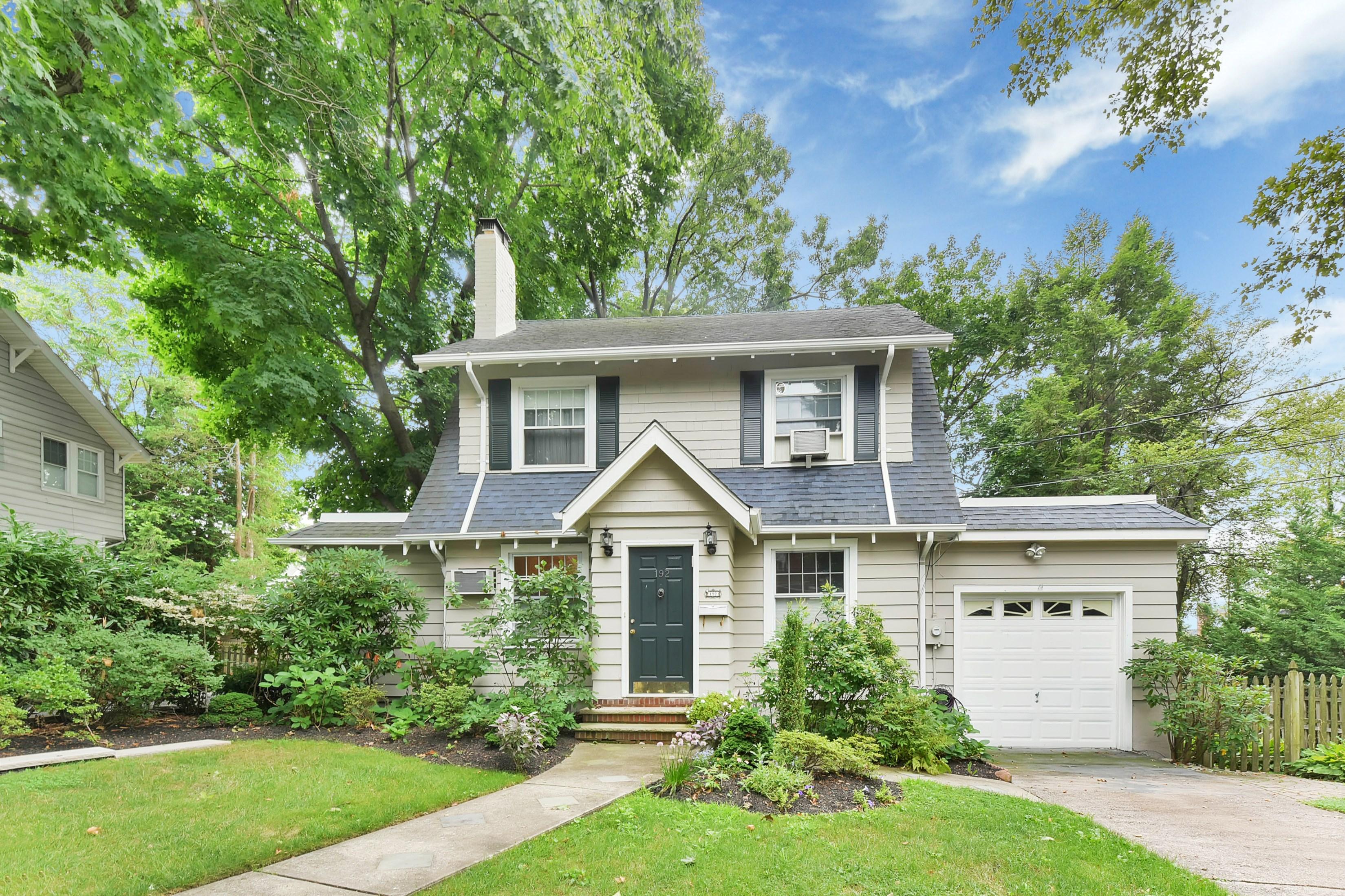 Casa Unifamiliar por un Venta en Storybook Charm 192 Ames Ave Leonia, Nueva Jersey 07605 Estados Unidos