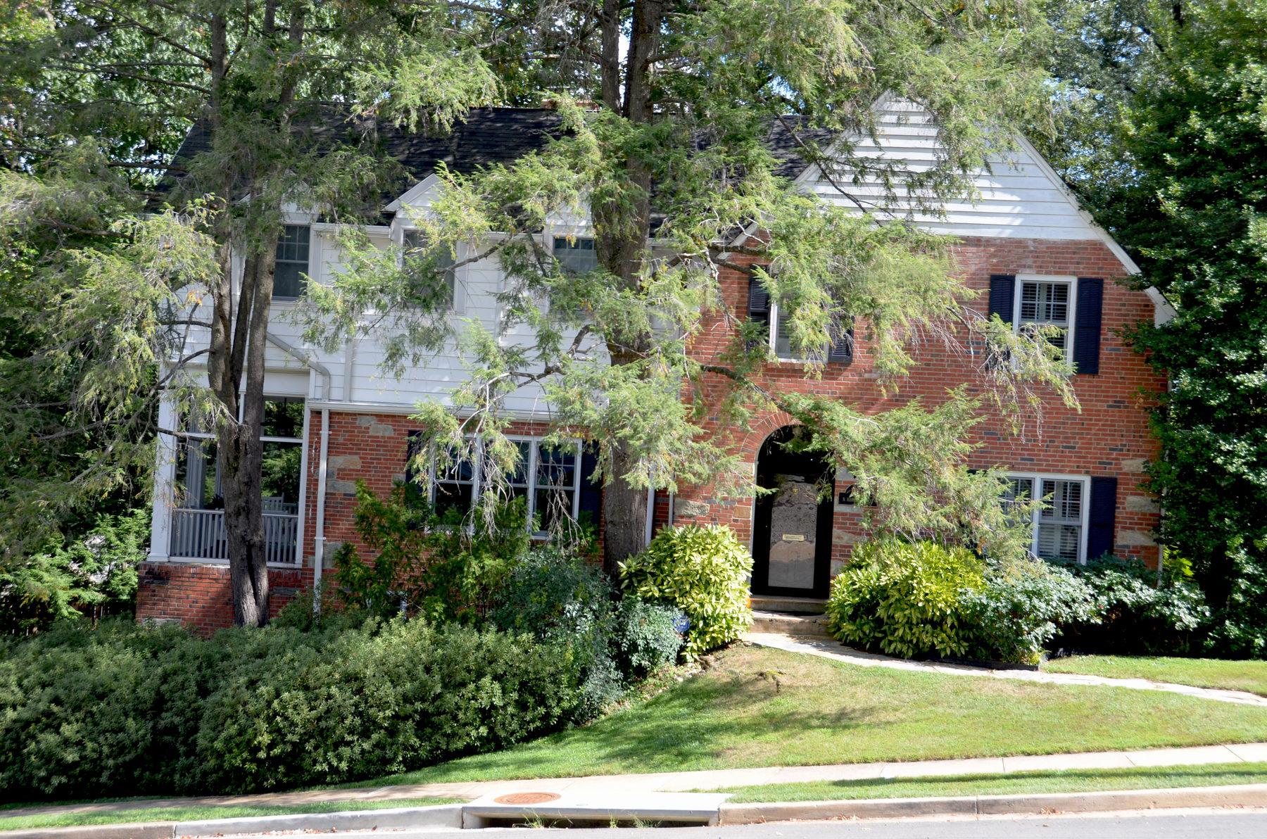 Nhà ở một gia đình vì Bán tại 1931 Harvard Street N, Arlington Arlington, Virginia 22201 Hoa Kỳ