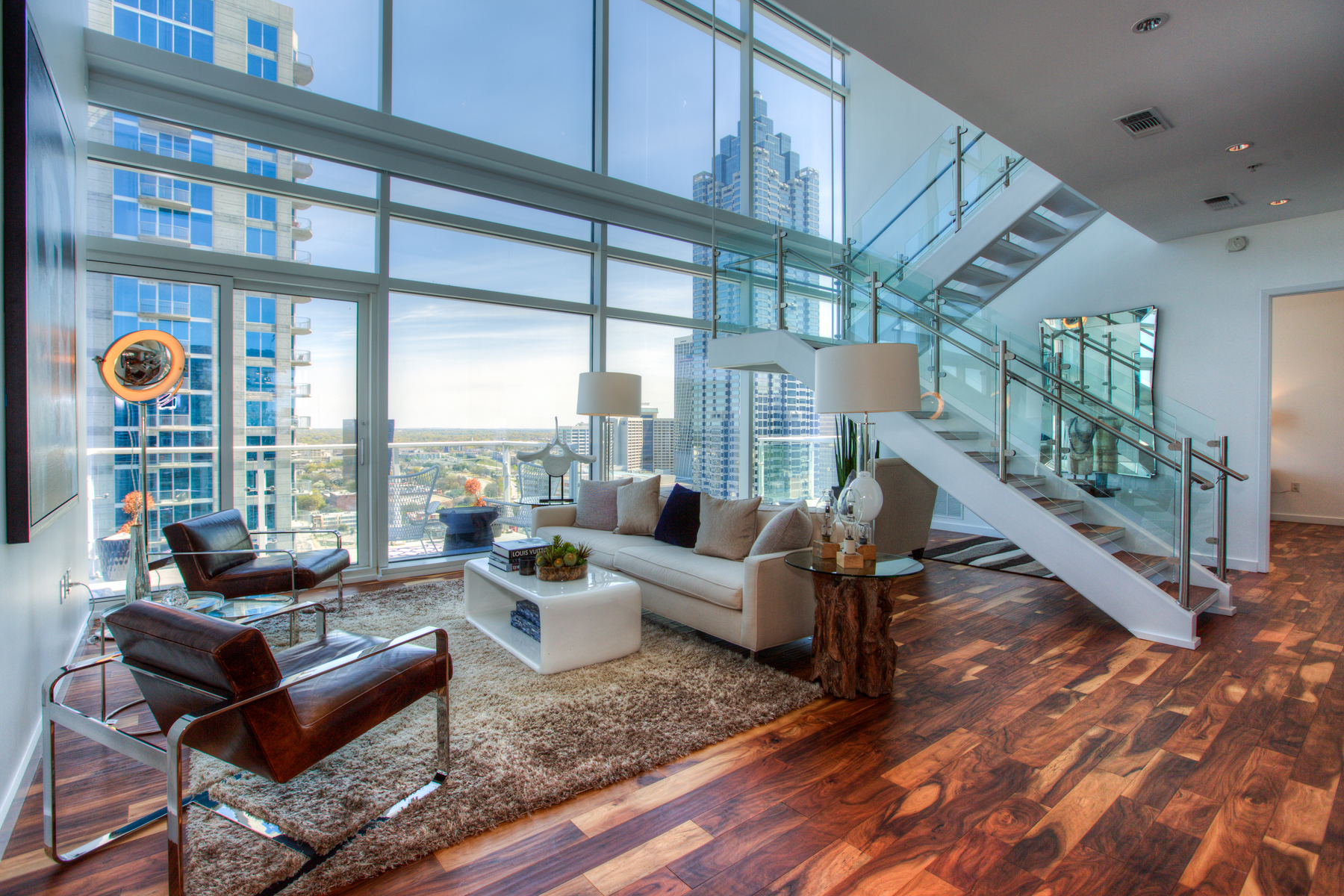 Кондоминиум для того Продажа на Sophisticated 2-Level Atlanta Penthouse with Luxury Hotel Amenities 45 Ivan Allen Jr Boulevard PH#2706 Atlanta, Джорджия 30308 Соединенные Штаты