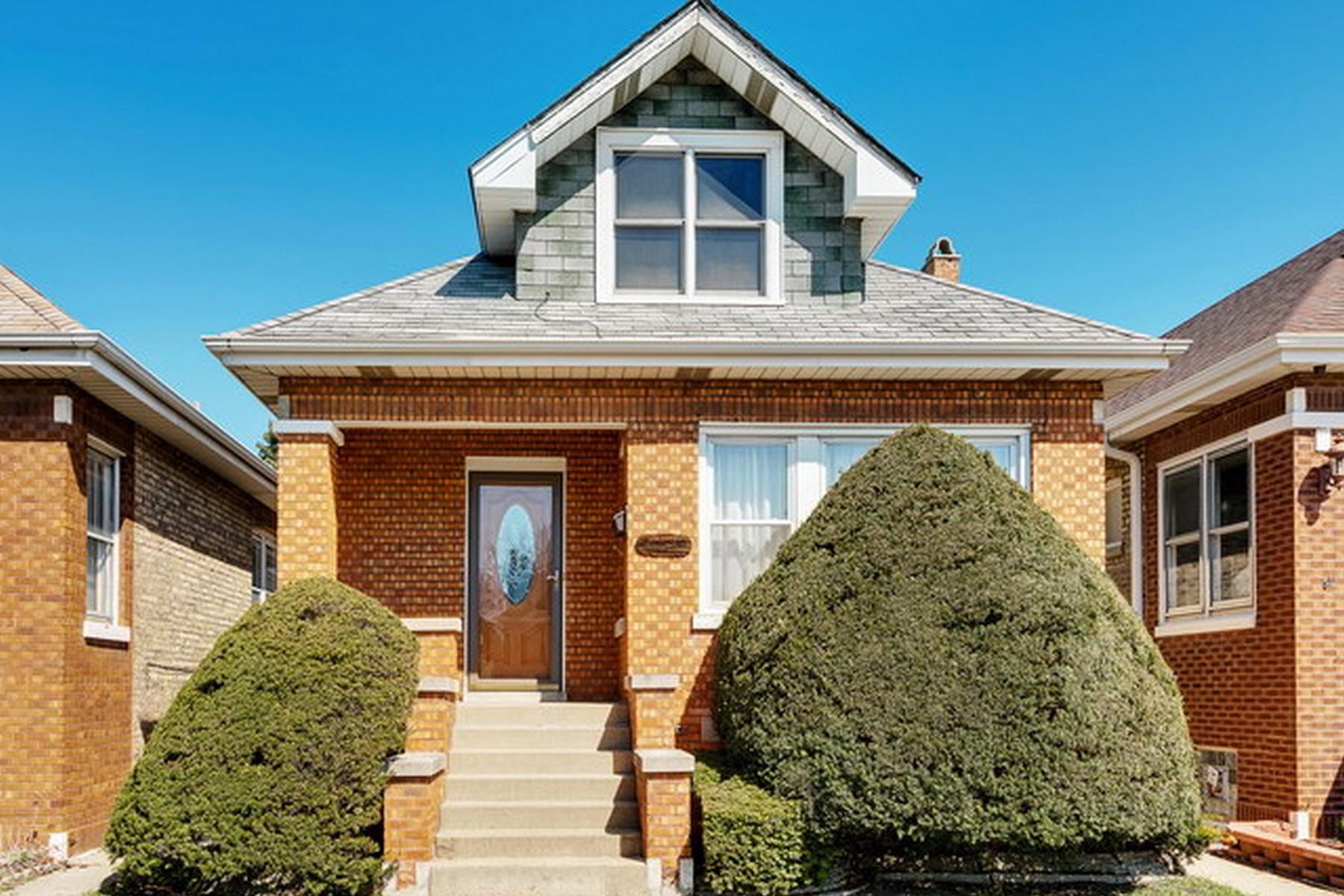 Частный односемейный дом для того Продажа на Meticulously Maintained Bungalow In Portage Park 5738 W Henderson Street Portage Park, Chicago, Иллинойс 60634 Соединенные Штаты