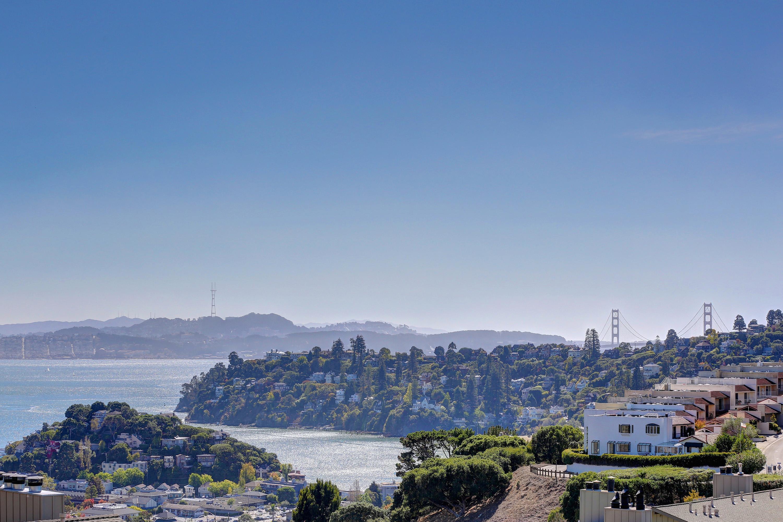 Piso por un Venta en Spacious Bay View Condominium 99 Lyford Dr, #37 Tiburon, California 94920 Estados Unidos