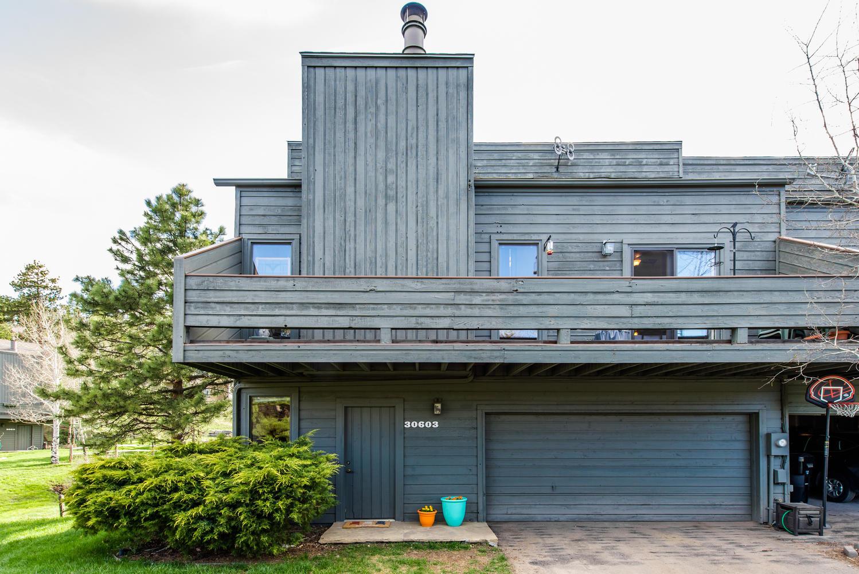 联栋屋 为 销售 在 Spacious Mountain Contemporary 30603 Sun Creek Drive Unit 1-B 埃弗格林, 科罗拉多州, 80439 美国