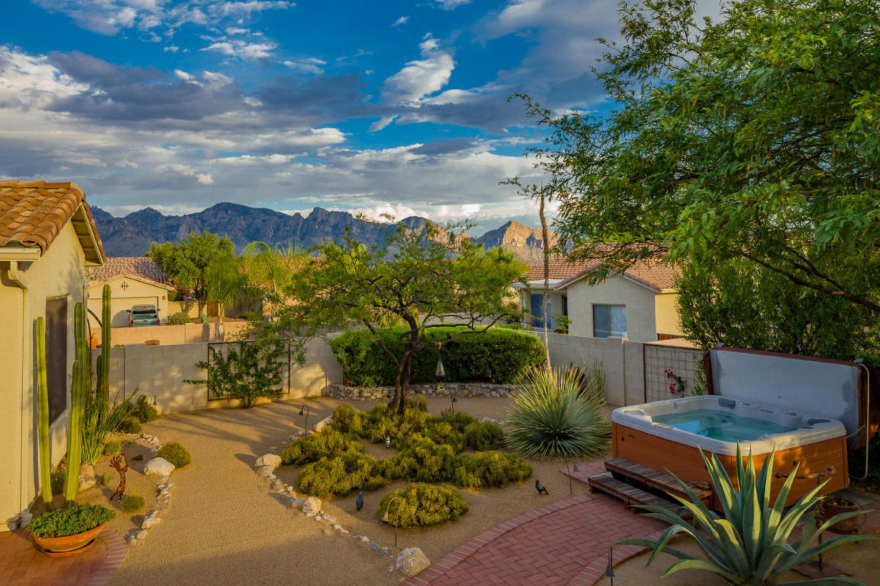 Einfamilienhaus für Verkauf beim Rare find in the desirable gated Monterey Vistoso 211 W Carlynn Cliff Place Oro Valley, Arizona, 85755 Vereinigte Staaten