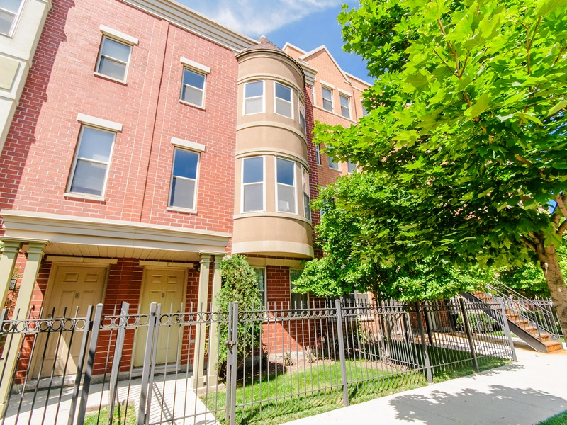 Townhouse for Sale at Bright Townhome 720 W Evergreen Avenue Near North Side, Chicago, Illinois 60610 United States