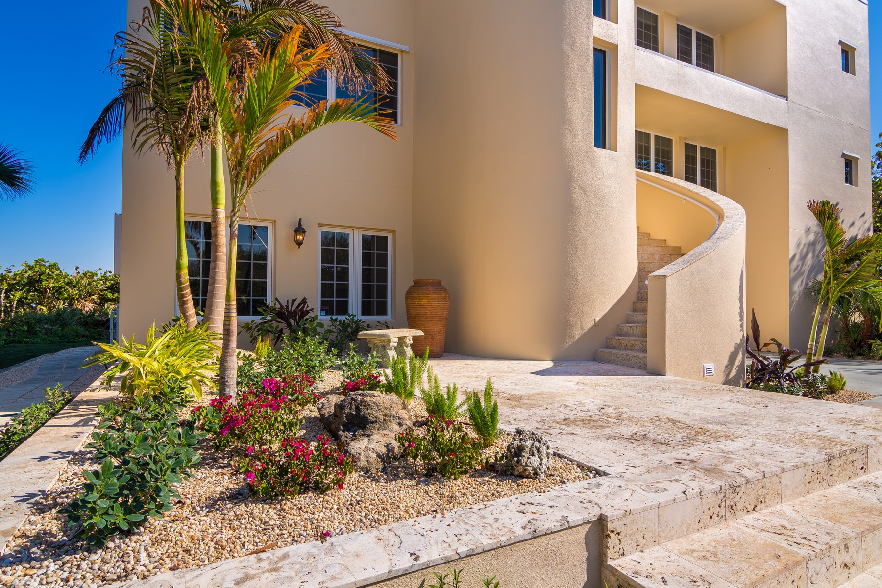 Vivienda unifamiliar por un Venta en Unique Oceanfront Home with Panoramic Views 8875 HIGHWAY A1A Melbourne Beach, Florida, 32951 Estados Unidos