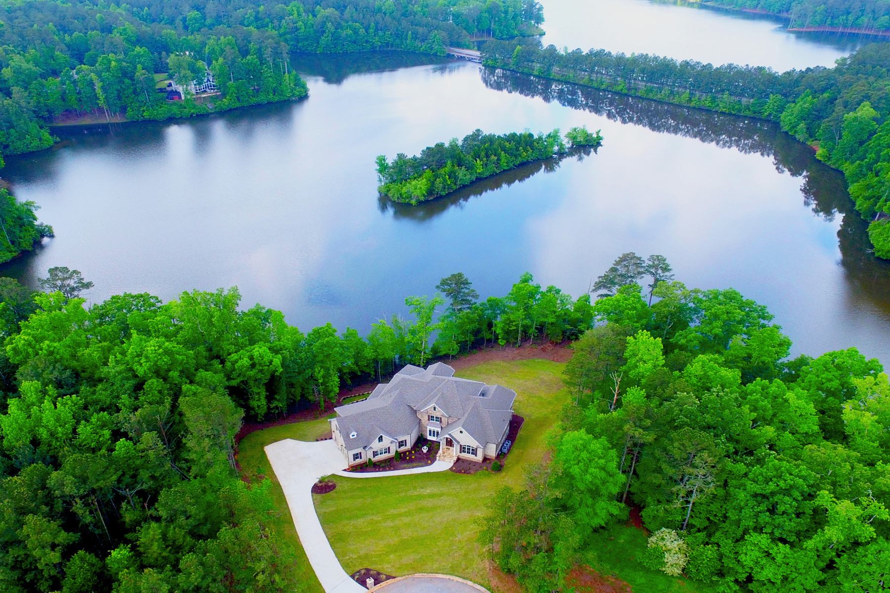 Casa para uma família para Venda às Lake Front Masterpiece In Peachtree City 83 Smokerise Point Peachtree City, Geórgia, 30269 Estados Unidos