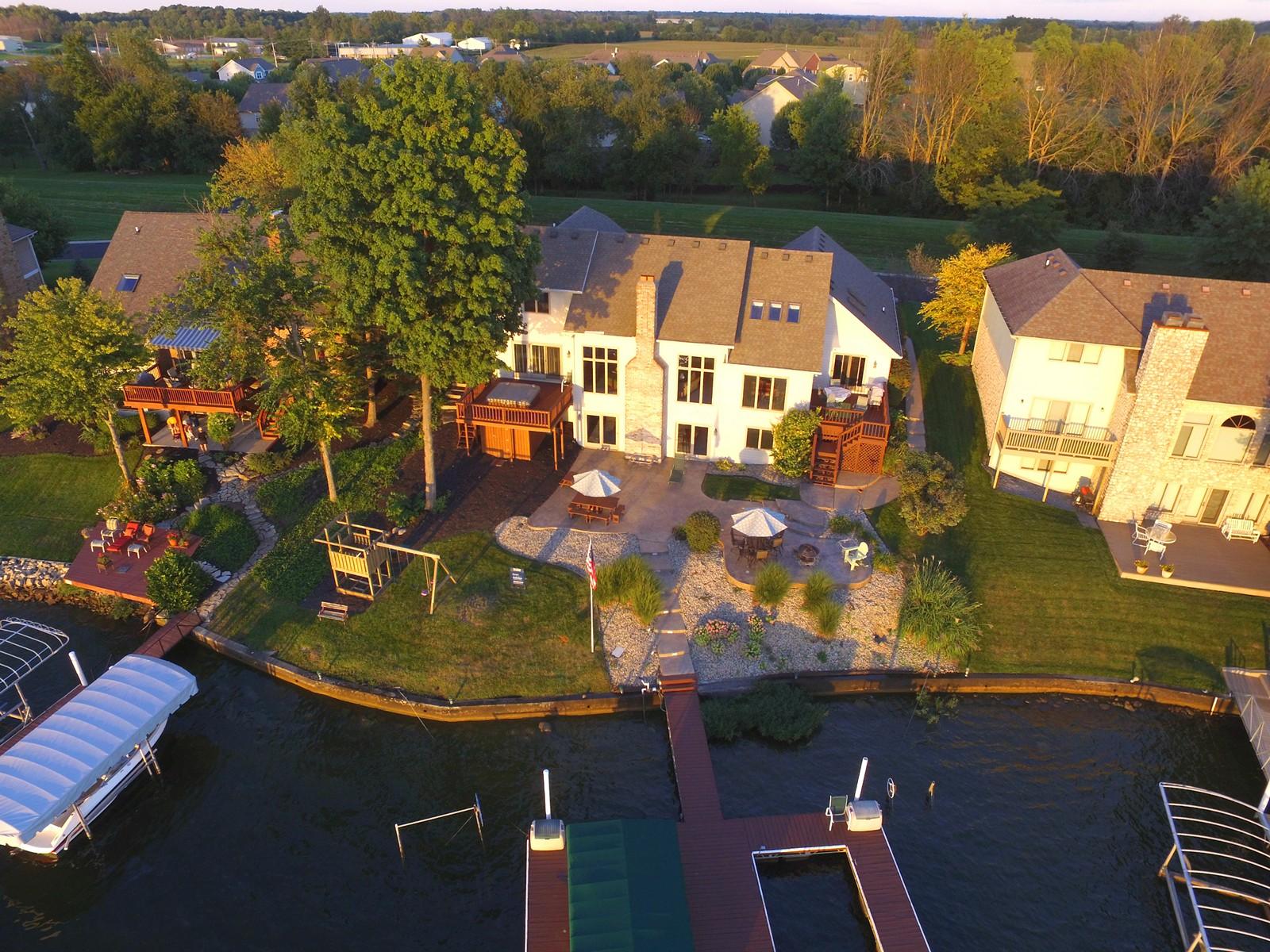 Vivienda unifamiliar por un Venta en Fantastic Lakefront Home 115 Edgewater Drive Noblesville, Indiana, 46062 Estados Unidos