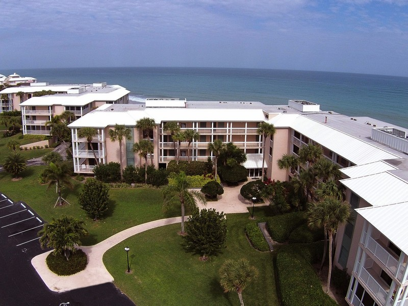 Condominio por un Venta en Oceanfront Condo in Sea Oaks 8830 Sea Oaks Way #209 Vero Beach, Florida 32963 Estados Unidos