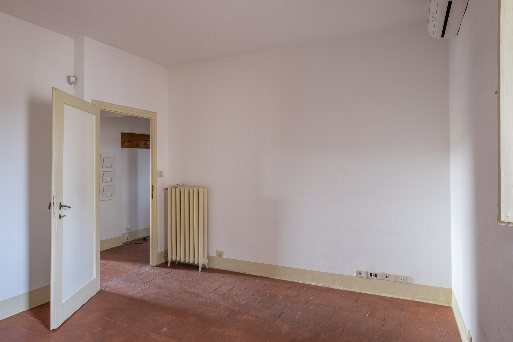 Additional photo for property listing at Luminous apartment with magnificient views in the center of Florence Corso Tintori Firenze, Florence 50100 Italy