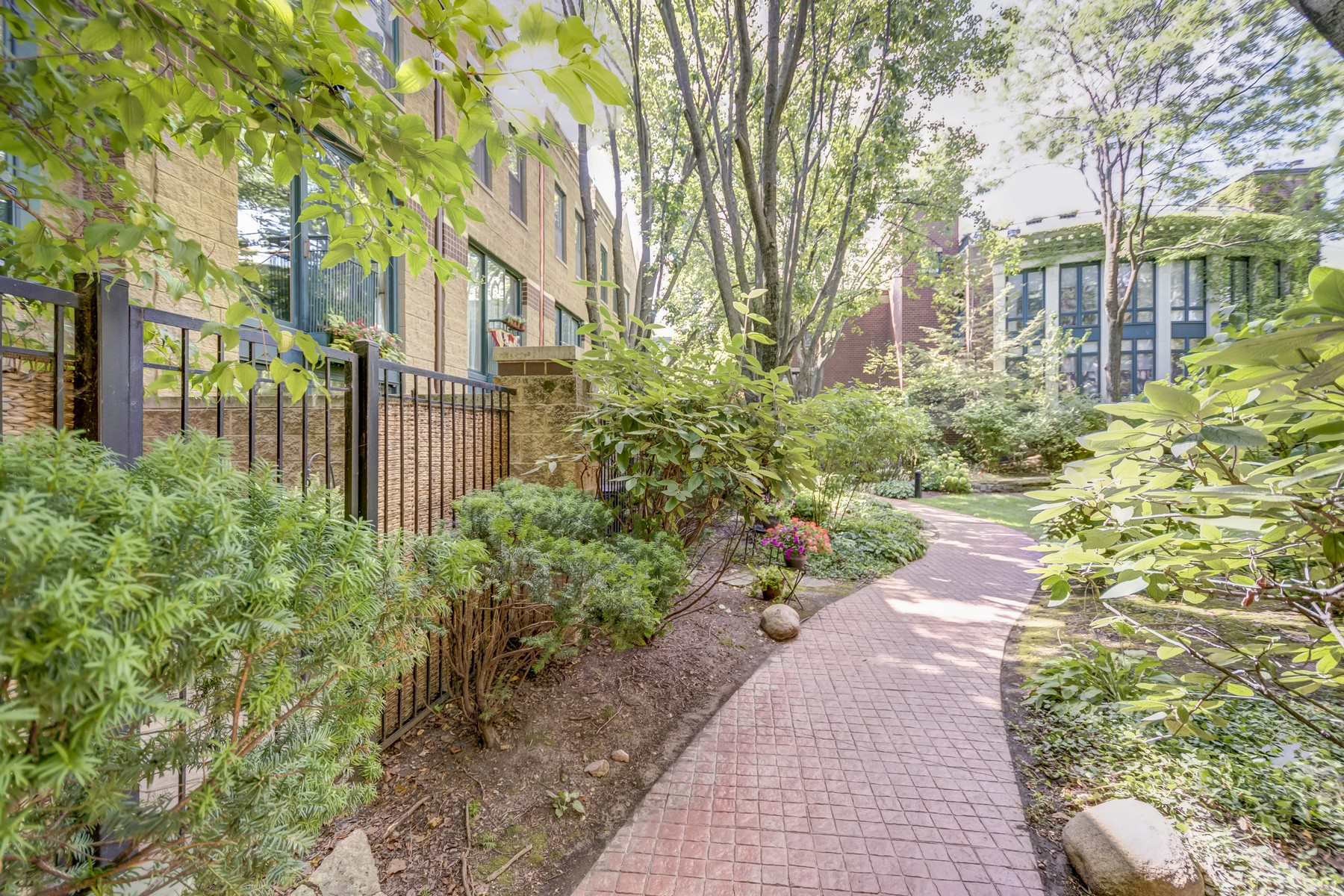 Villetta a schiera per Vendita alle ore Character Abounds In This Lovely Sun-Filled Lincoln Park Condo 1624 N Mohawk Street Unit A Chicago, Illinois 60614 Stati Uniti