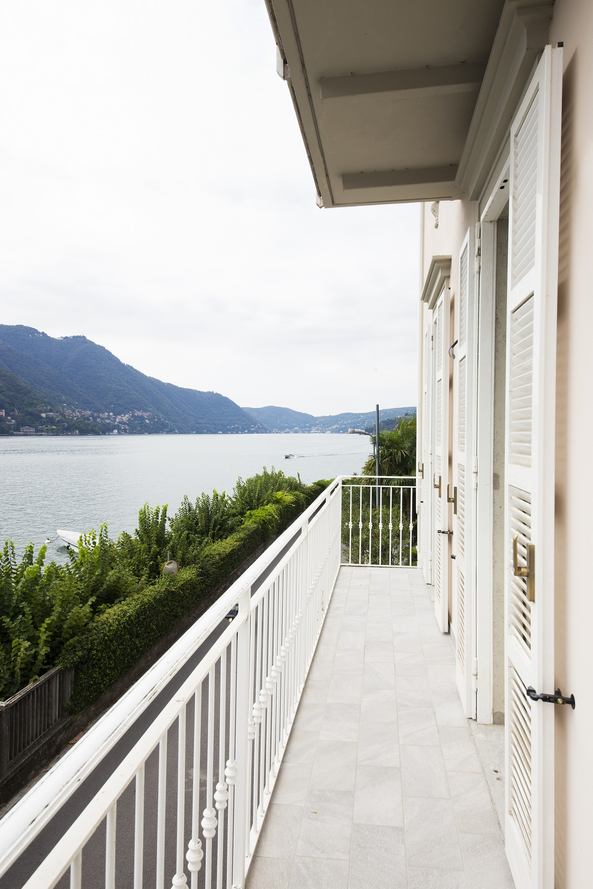 Additional photo for property listing at Fantastic villa liberty pieds dans l'eau on Lake Como Via Regina Vecchia Carate Urio, Como 22010 Italie