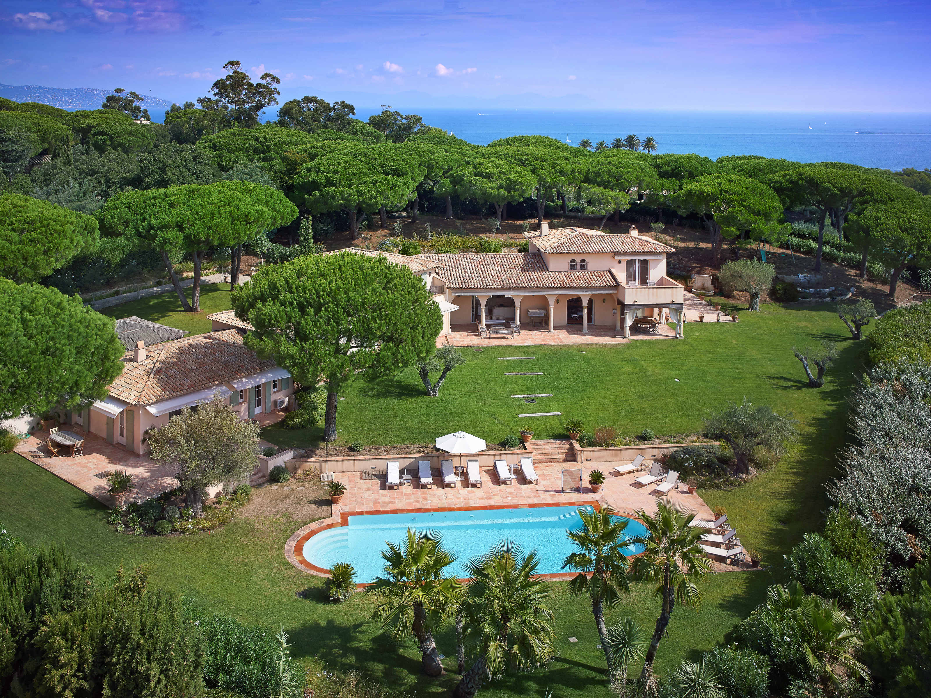 Villa per Vendita alle ore Neo provencal Style property in Les Parcs de Saint-Tropez Saint Tropez, Provenza-Alpi-Costa Azzurra 83990 Francia