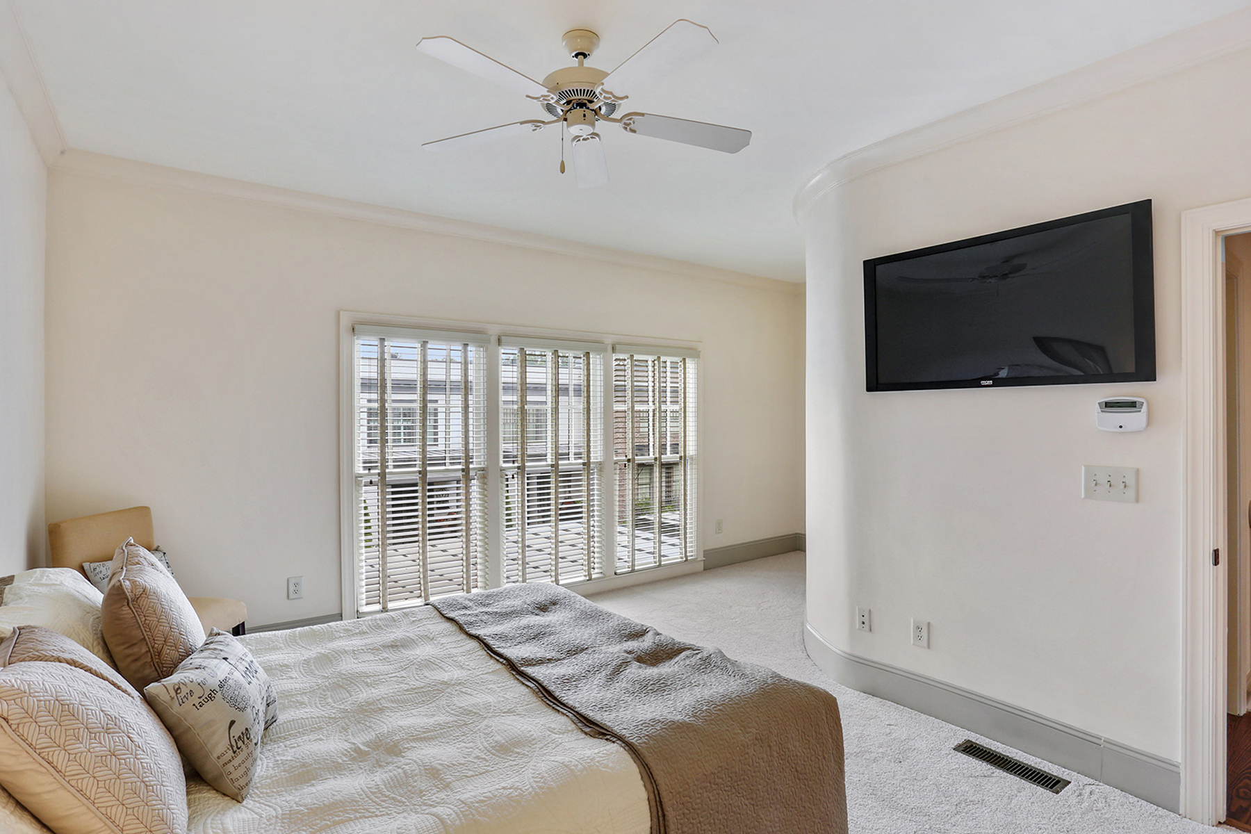 Additional photo for property listing at Beautiful Townhome Overlooking Courtyard 5986 Bond Street Cumming, Γεωργια 30040 Ηνωμενεσ Πολιτειεσ