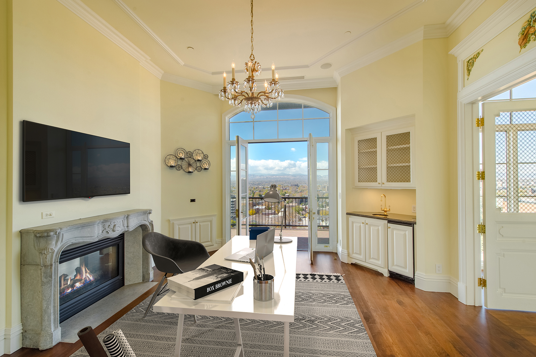 Additional photo for property listing at Exclusive Penthouse Offers Views of Denver Skyline and Rocky Mountains 25 Downing St, 12th Floor Penthouse Denver, Colorado 80218 United States