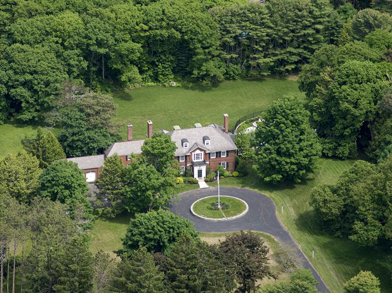 Maison unifamiliale pour l Vente à 57 Foreside Road Cumberland, Maine 04110 États-Unis