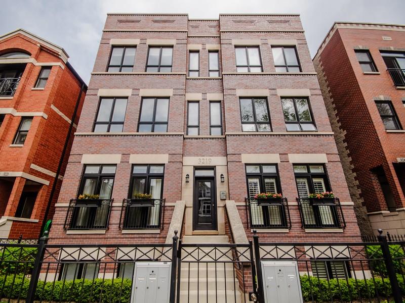 Appartement en copropriété pour l Vente à Exquisite Sun Drenched 2 Bedroom 3219 N Racine Avenue Unit 2S Lakeview, Chicago, Illinois 60657 États-Unis