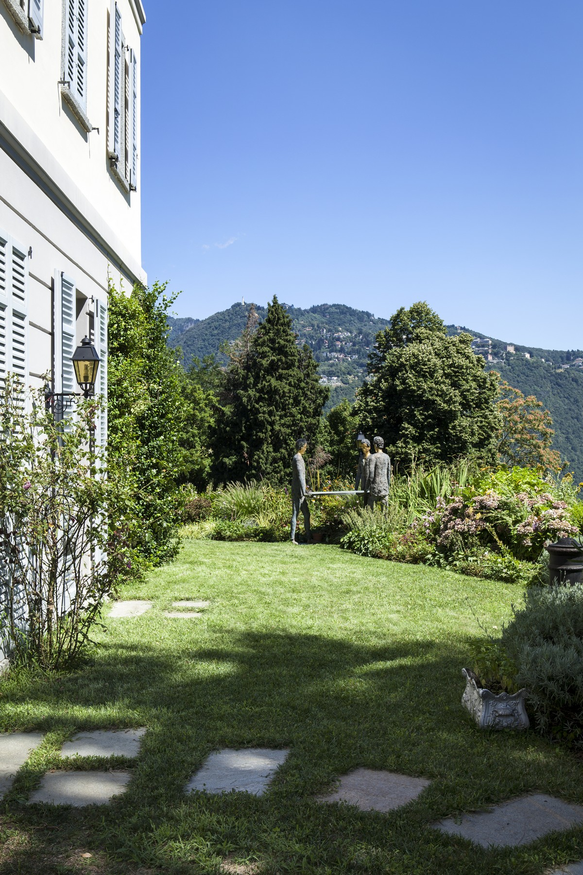 Additional photo for property listing at Wonderful apartment set in the luxurious villa Eros Via Cardano Como, Como 22100 Italy