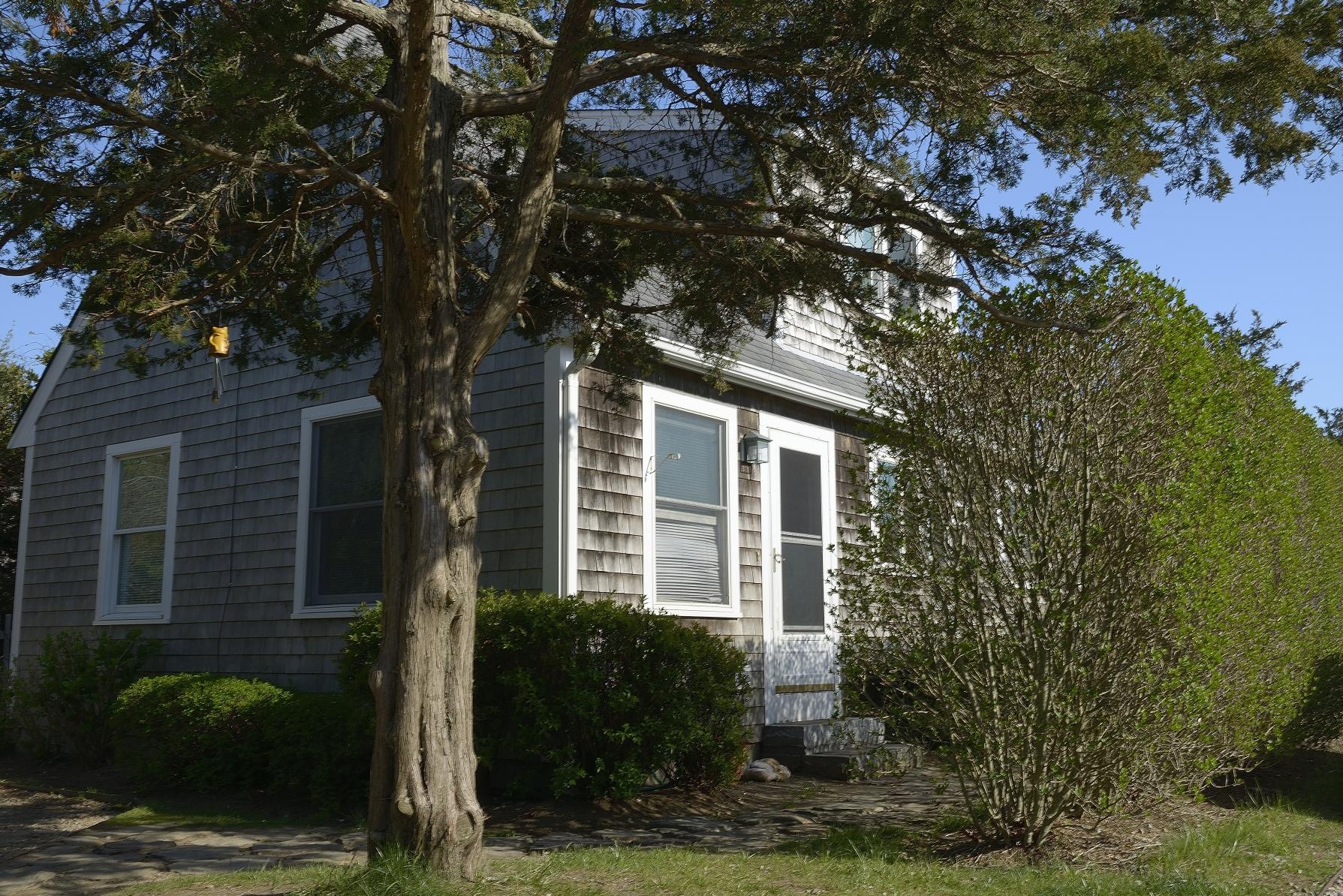 Vivienda unifamiliar por un Venta en Three Bedroom Cottage 20 B Essex Road Nantucket, Massachusetts 02554 Estados Unidos