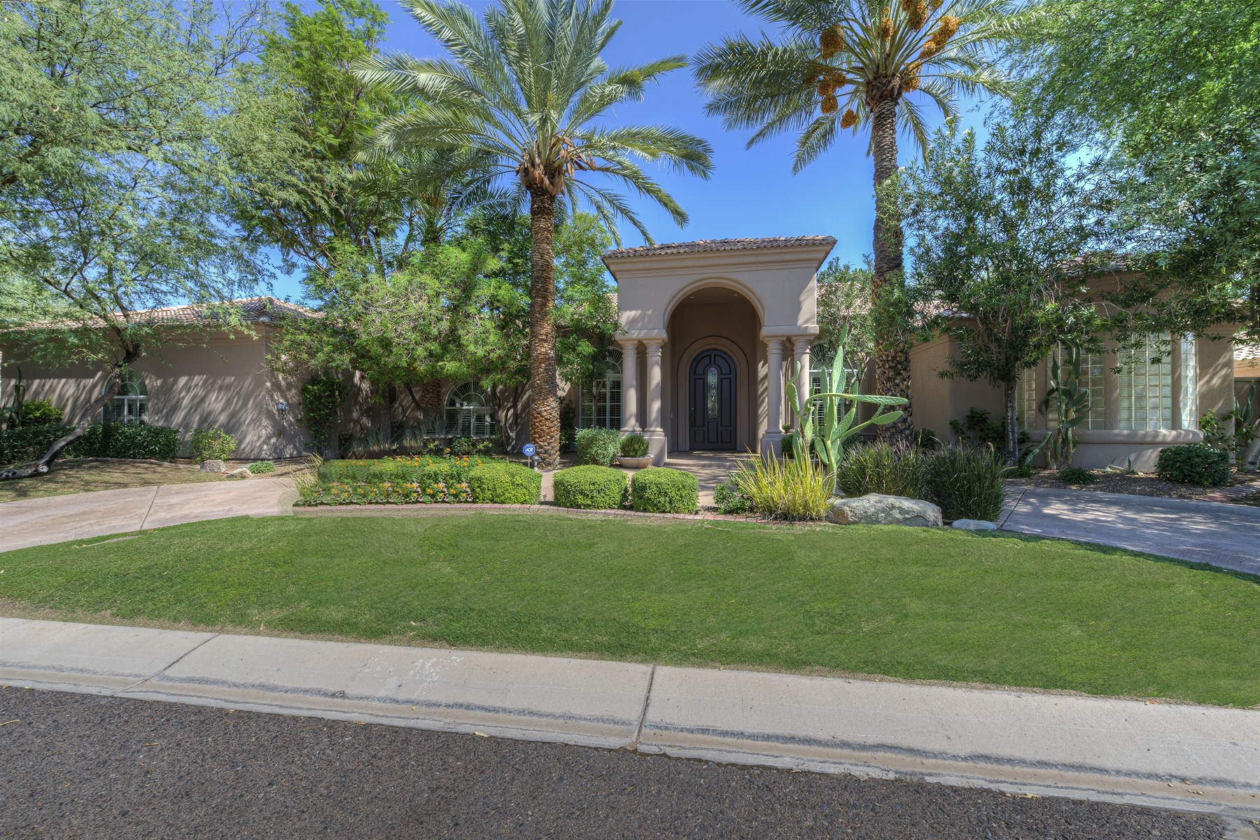 Single Family Home for Sale at Much sought after LaCienega gated community. 9664 E LAUREL LN Scottsdale, Arizona 85260 United States