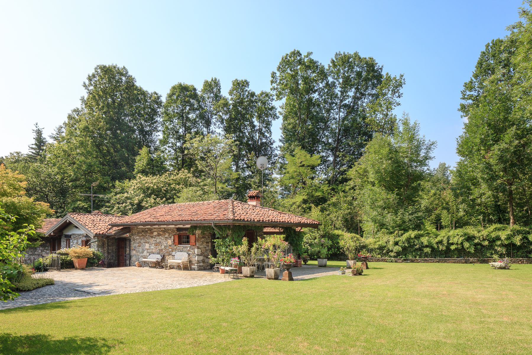 Additional photo for property listing at An Anglo-Saxon cottage nestled in a green oasis Via dei Mulini Other Verbano Cusio Ossola, Verbano Cusio Ossola 28833 Italia