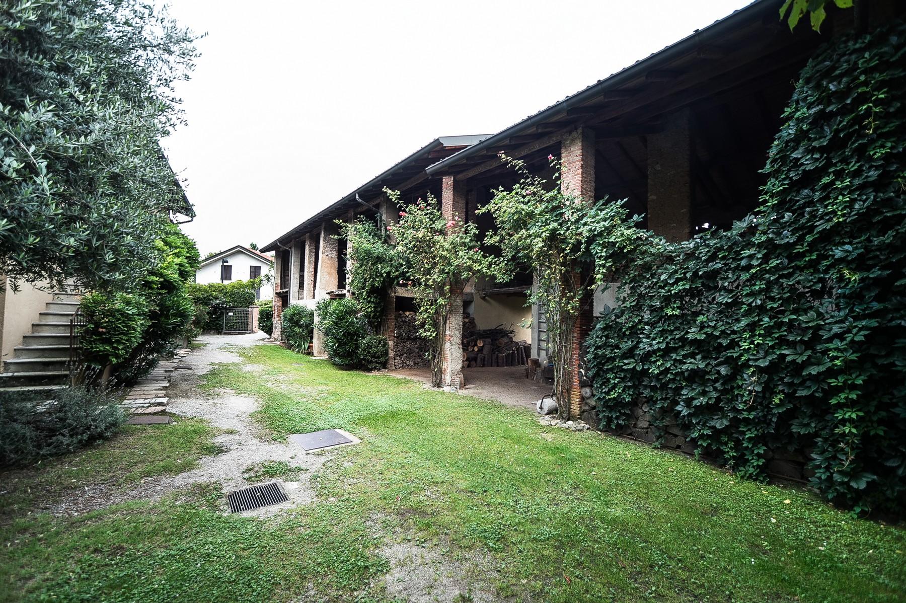 Additional photo for property listing at Elegant farmhouse located among the tranquil hills of Brianza countryside Via Muselle Carimate, Como 22060 Italy