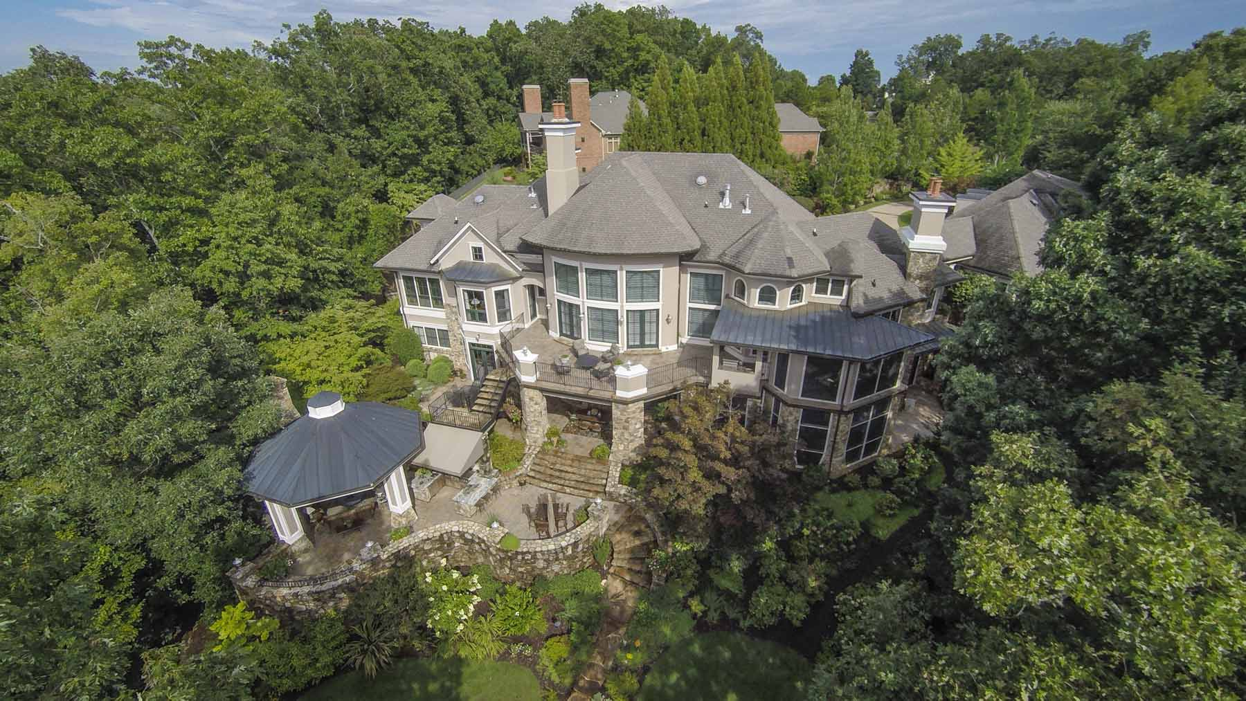 Maison unifamiliale pour l Vente à Magnificent Private Waterfront Estate 5720 Point West Oakwood, Georgia 30566 États-Unis