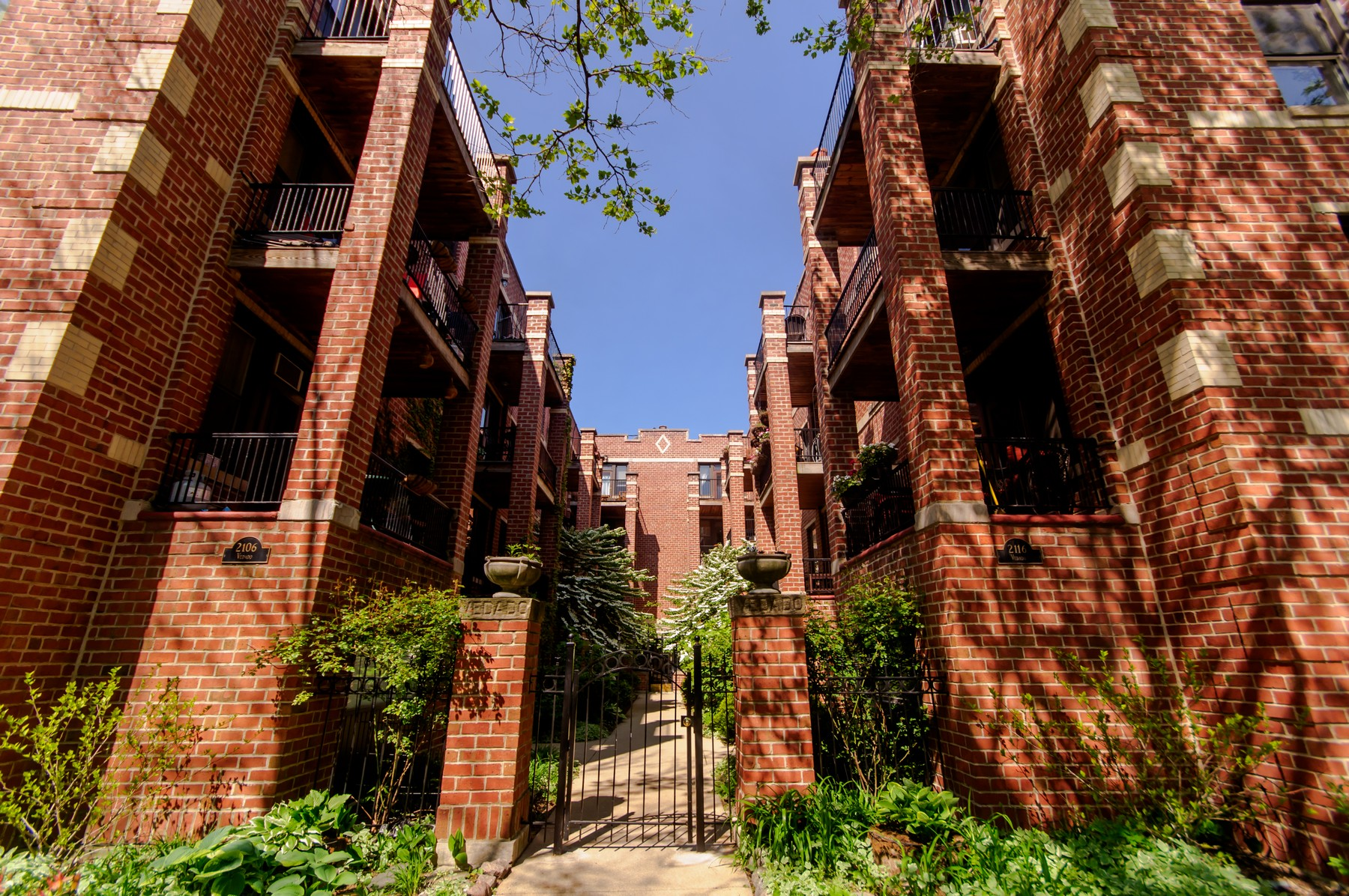 Casa Unifamiliar por un Venta en Stunning Condo in Courtyard Building 2108 N Seminary Avenue Unit 5 Lincoln Park, Chicago, Illinois, 60614 Estados Unidos