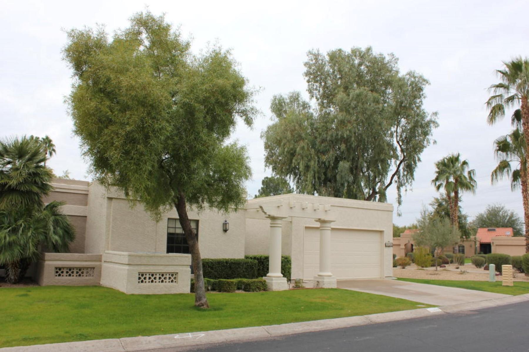 Maison de ville pour l Vente à Highly sought after lake view property 10472 N 104th Pl Scottsdale, Arizona 85258 États-Unis