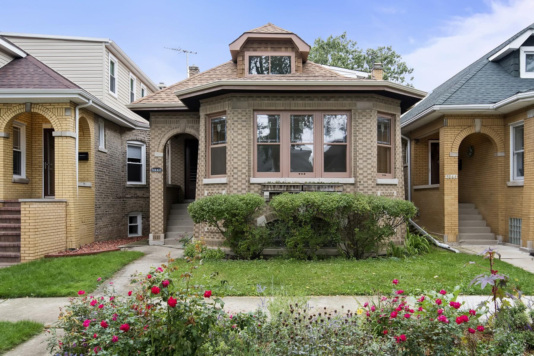 Nhà ở một gia đình vì Bán tại Classic Chicago Bungalow 5842 N Washtenaw Avenue Lincoln Square, Chicago, Illinois 60659 Hoa Kỳ