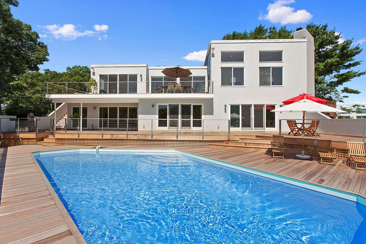 Villa per Vendita alle ore Beautiful Contemporary with Water Views 26 Brushy Neck Westhampton, New York 11977 Stati Uniti