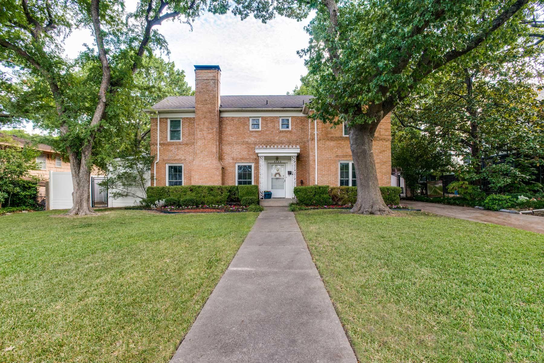 Casa para uma família para Venda às Lakewood Traditional Home 6732 Lakeshore Drive Dallas, Texas 75214 Estados Unidos
