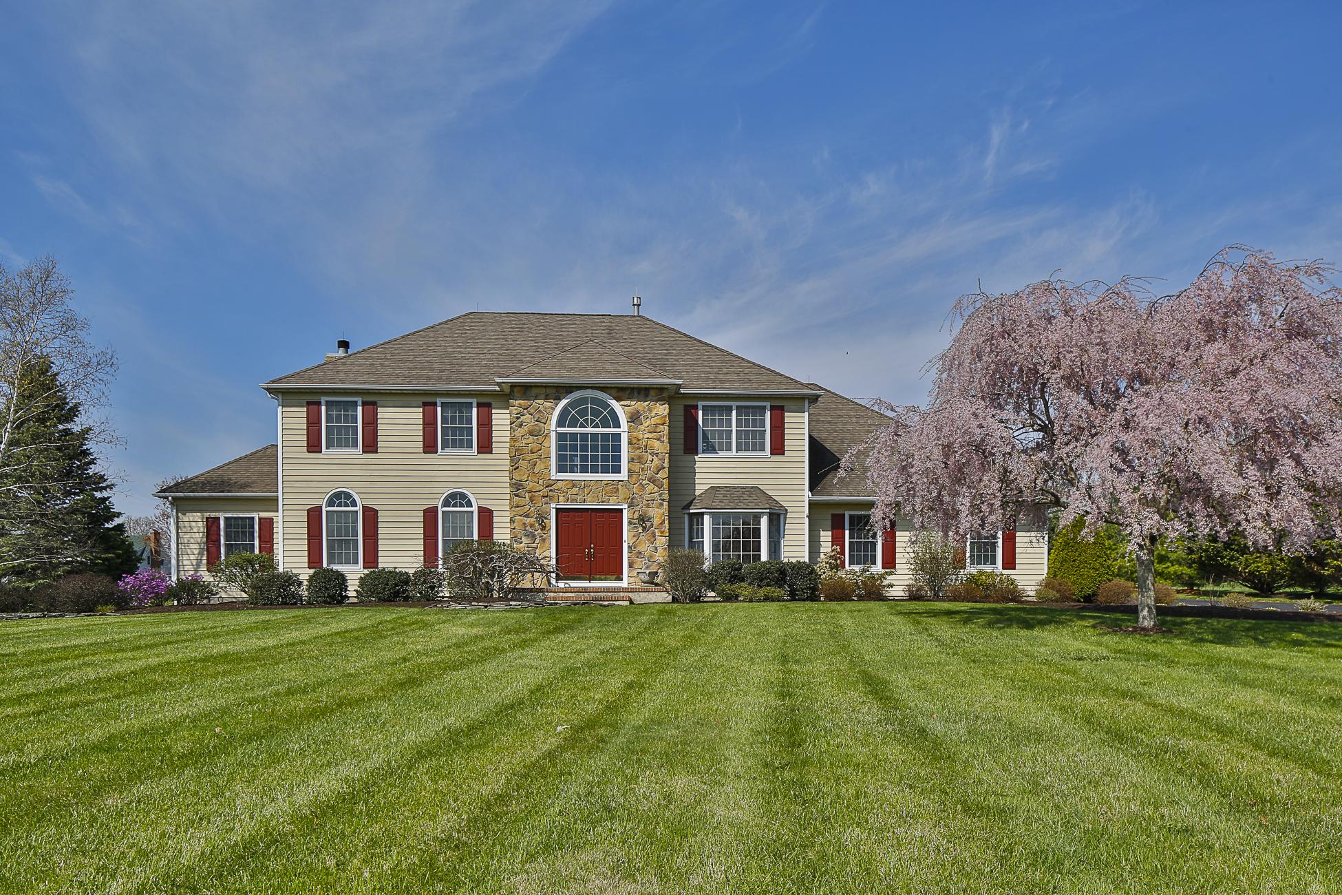 独户住宅 为 销售 在 Classic Center Hall Colonial - Hopewell Township 10 Madaket Lane Pennington, 新泽西州 08534 美国