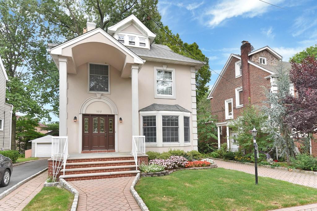 Maison unifamiliale pour l Vente à Abbott Boulevard 1052 Abbot Boulevard Fort Lee, New Jersey 07024 États-Unis