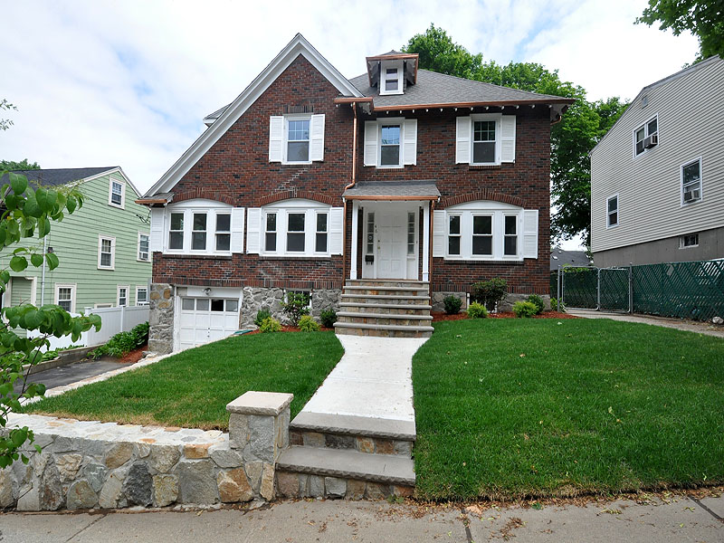 Casa Unifamiliar por un Venta en Newly Renovated Colonial 46 Cerdan Avenue West Roxbury, Boston, Massachusetts 02132 Estados Unidos