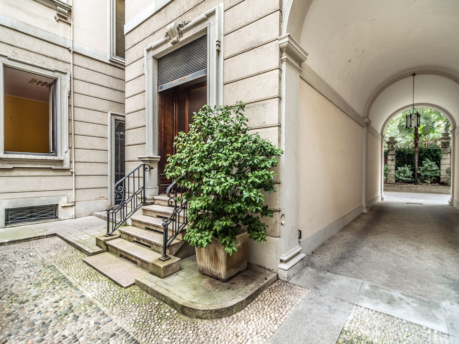 Apartamento por un Venta en Elegant and quite office in historic building Corso Magenta Milano, Milan 20123 Italia