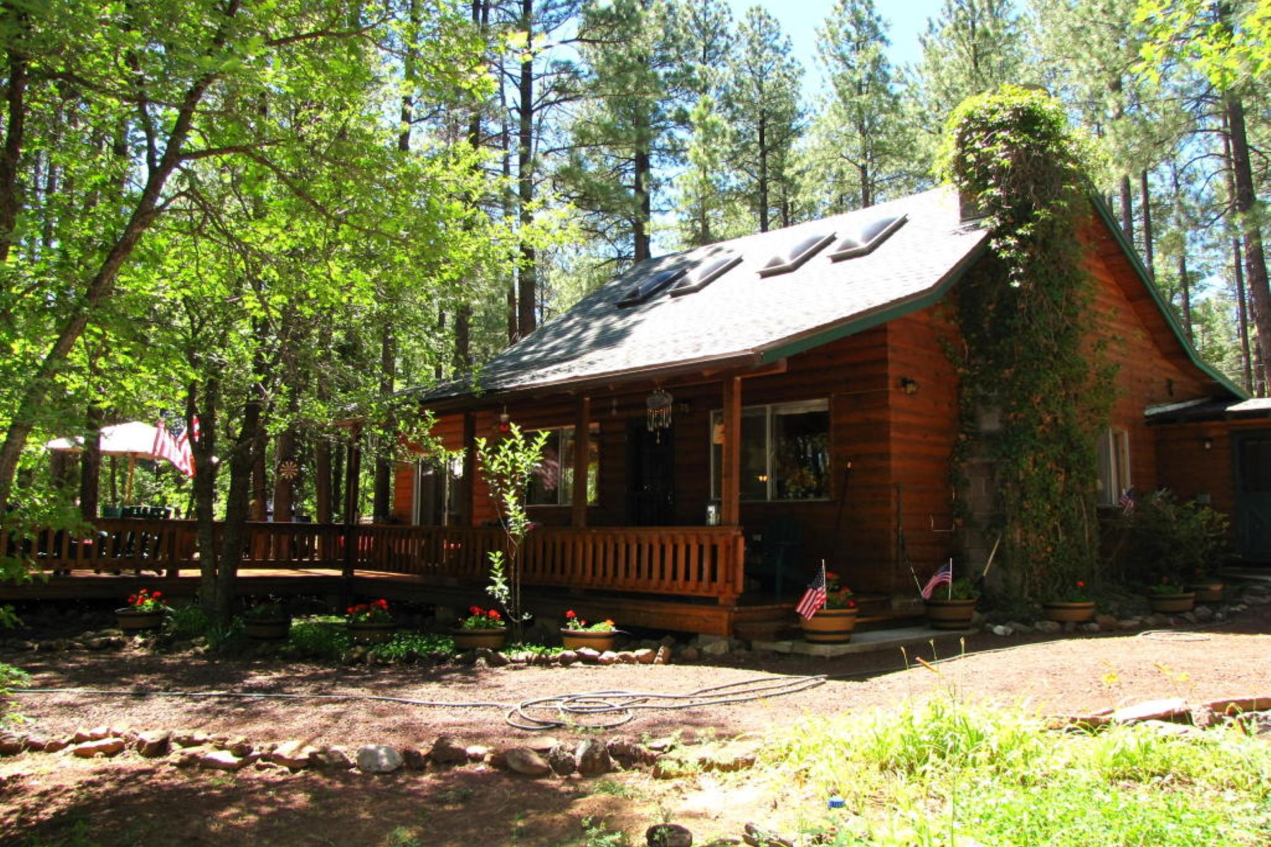 Casa para uma família para Venda às Charming and updated cabin in White Mountain Summer Homes 2137 Jackrabbit Dr Pinetop, Arizona, 85935 Estados Unidos