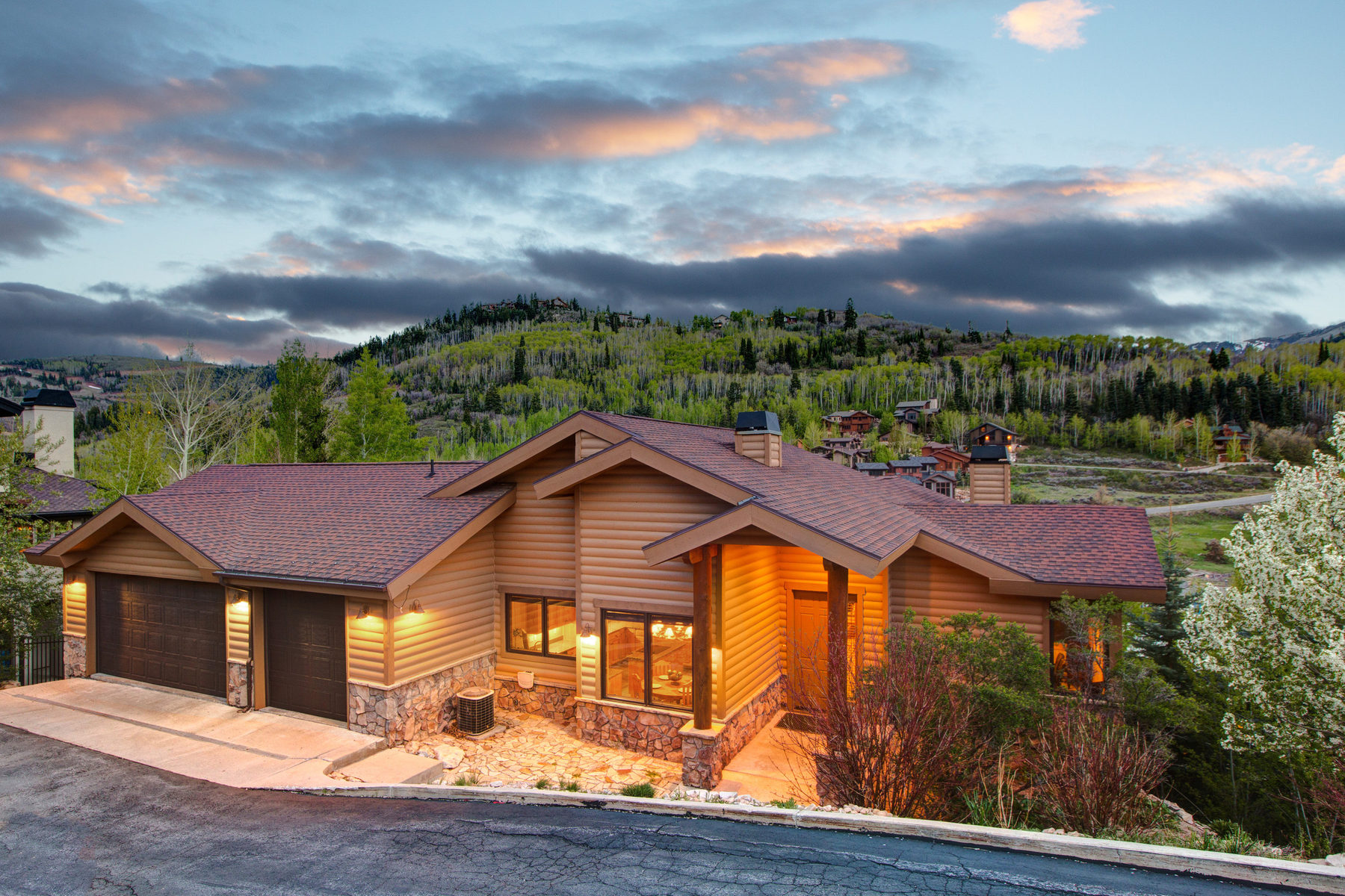独户住宅 为 销售 在 Gold Coast views from this Ski Retreat 642 Sunnyside Dr Park City, 犹他州 84060 美国