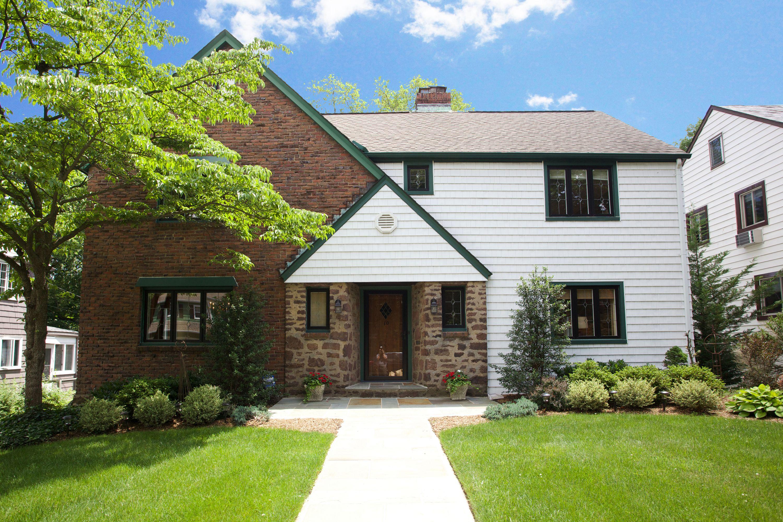 Moradia para Venda às Storybook Tudor 10 Woodmont Road Montclair, Nova Jersey 07043 Estados Unidos