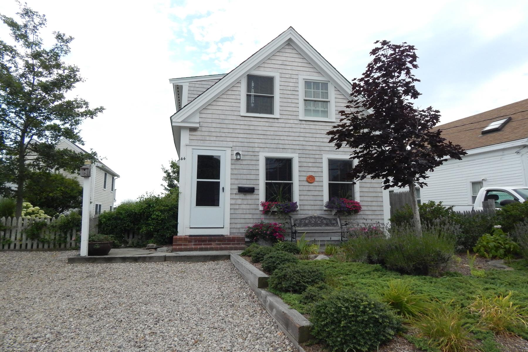 Vivienda unifamiliar por un Venta en Renovated Antique Cottage 44 Franklin Street Provincetown, Massachusetts, 02657 Estados Unidos