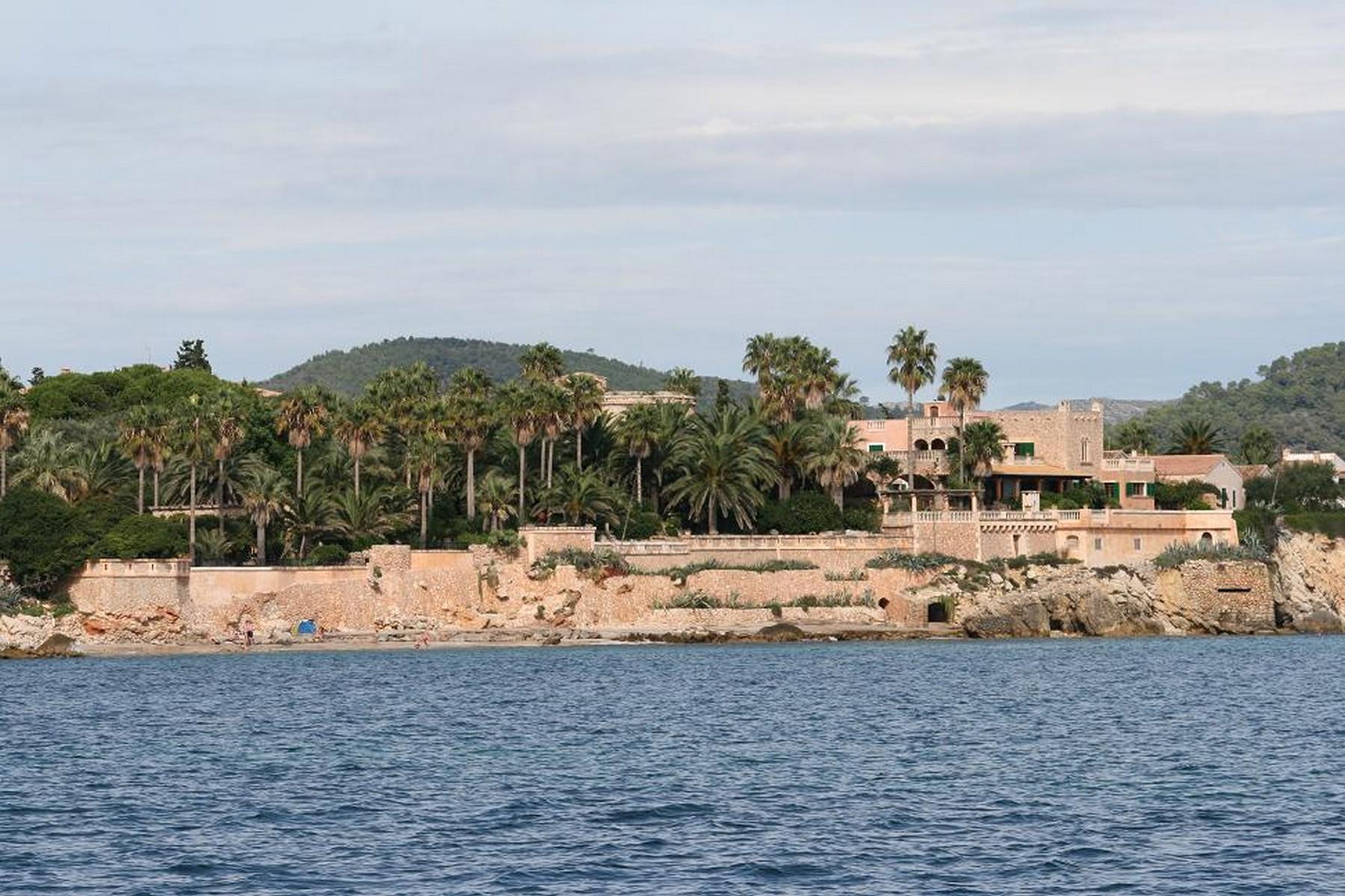 独户住宅 为 销售 在 Seafront Villa in Costa de los Pinos Costa De Los Pinos, 马洛卡, 07559 西班牙