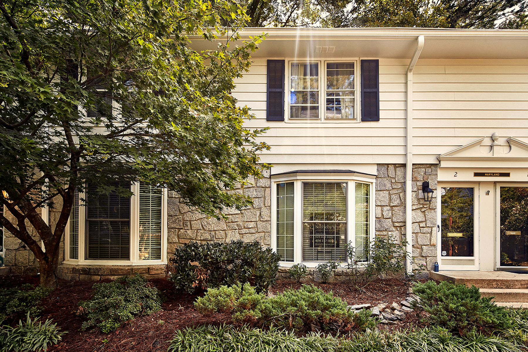 Maison en rangée pour l Vente à Beautifully Renovated Townhome 136 Peachtree Memorial Drive Unit MD2 Atlanta, Georgia, 30309 États-Unis