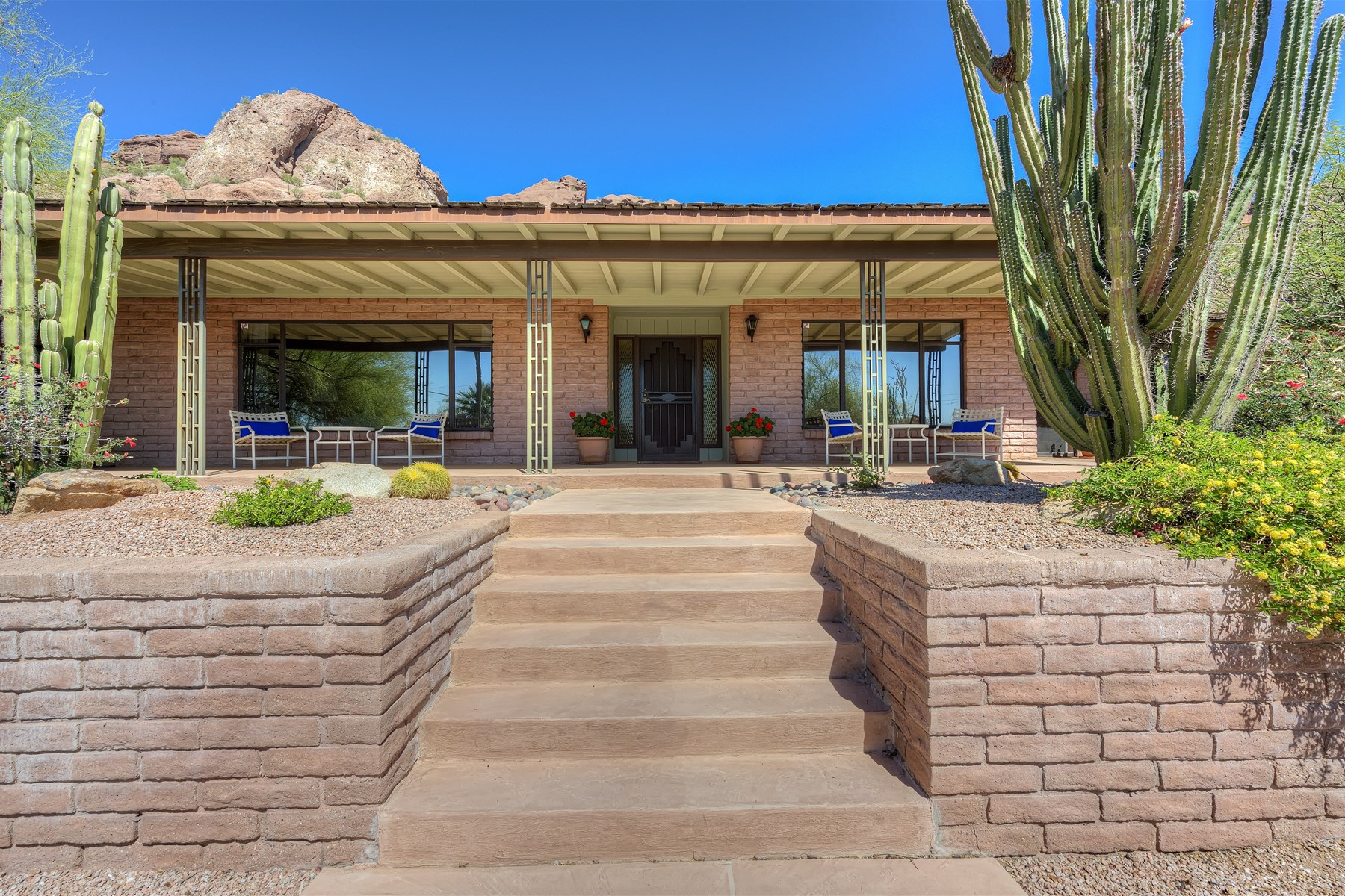 獨棟家庭住宅 為 出售 在 Classic Ranch Home Located On The South Side Of Camelback Mountain 5222 N Saddle Rock Drive Phoenix, 亞利桑那州 85018 美國